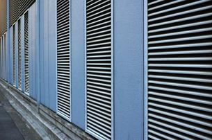 ルーバーパネルのある外壁の写真素材 [FYI01223077]