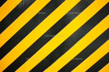 横位置のコンクリートに塗られた黒と黄色の警告色の写真素材 [FYI01223089]