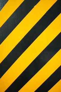 縦位置のコンクリートに塗られた黒と黄色の警告色の写真素材 [FYI01223090]