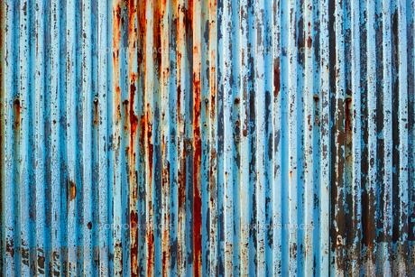 塗装が剥げた古い波鉄板のフェンスの写真素材 [FYI01223091]