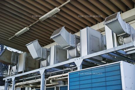 食品工場の屋外ダクトの写真素材 [FYI01223099]