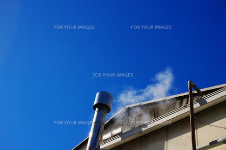 横位置の煙の出ている工場の小さな煙突の写真素材 [FYI01223101]