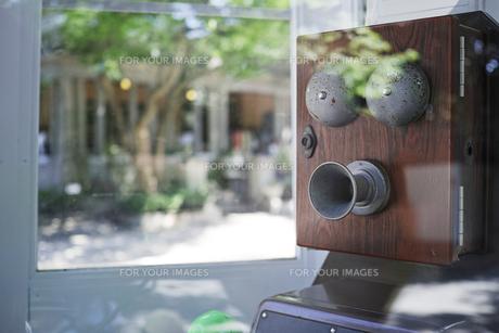 自働電話のレプリカ電話ボックス越しの町並みの写真素材 [FYI01223106]
