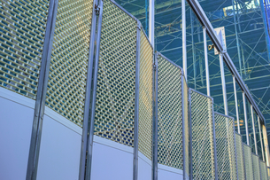 建築現場の仮囲いのゲートフェンスの写真素材 [FYI01223115]
