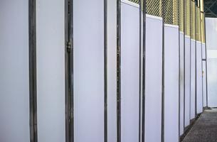 建築現場の仮囲いのゲートフェンスの写真素材 [FYI01223117]