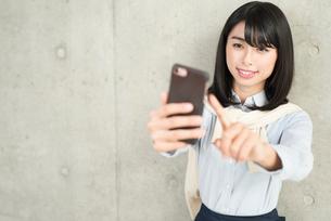 iPhoneを操作する女性の写真素材 [FYI01223125]