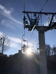 朝・スキーをはいてリフト乗車の写真素材 [FYI01223137]