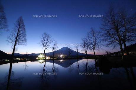 ふもとっぱらの逆さ富士の写真素材 [FYI01223205]