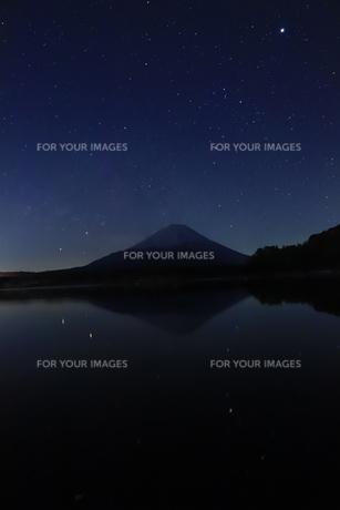 富士山と精進湖の星空の写真素材 [FYI01223209]