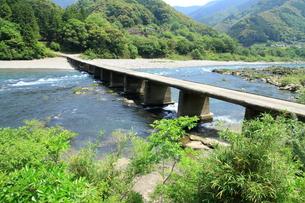 四万十川の沈下橋の写真素材 [FYI01223282]
