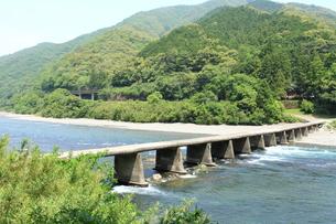 四万十川の沈下橋の写真素材 [FYI01223283]