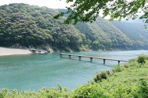 四万十川の沈下橋の写真素材 [FYI01223284]