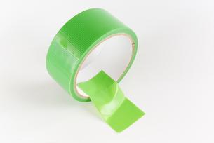 横位置の緑色の仮止めテープの写真素材 [FYI01223402]