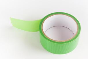 横位置の緑色の仮止めテープの写真素材 [FYI01223403]
