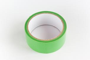 横位置の緑色の仮止めテープの写真素材 [FYI01223404]