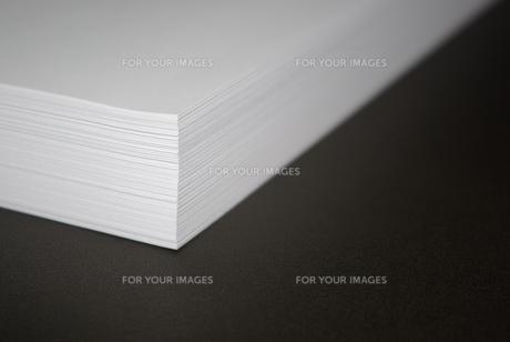 ホワイトコピー用紙の束をめくるの写真素材 [FYI01223406]