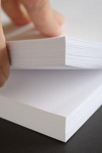 ホワイトコピー用紙の束をめくるの写真素材 [FYI01223407]