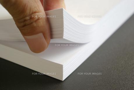 ホワイトコピー用紙の束をめくるの写真素材 [FYI01223408]