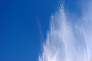 横位置の青空に放水の水しぶきの写真素材 [FYI01223412]