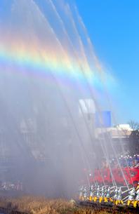 縦位置の青空に放水の水しぶきと虹の写真素材 [FYI01223415]