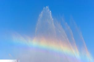 青空に放水の水しぶきと虹の写真素材 [FYI01223416]