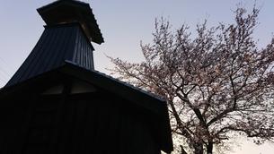 夕方の火の見櫓(春)の写真素材 [FYI01223438]