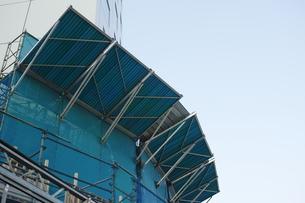 横位置のビル工事現場の落下物防護用施設の写真素材 [FYI01223446]