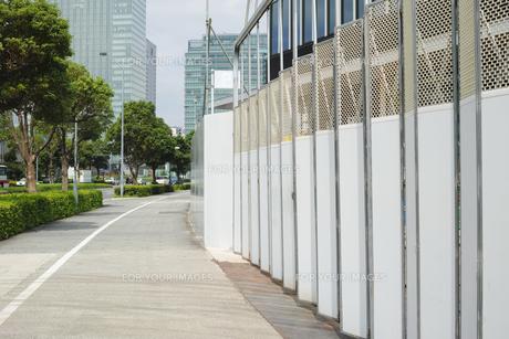 歩道と建築中ビルの防護壁出入口の写真素材 [FYI01223448]