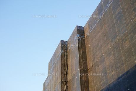 枠組足場が組まれた建物の写真素材 [FYI01223449]