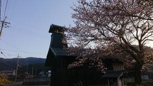 桜のある田舎の風景の写真素材 [FYI01223454]