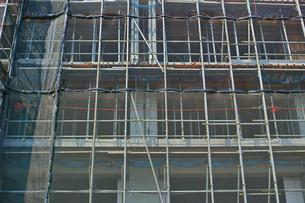 防護ネットに囲まれた建設中のビルの写真素材 [FYI01223455]