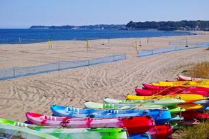 カラフルなカヌーとビーチバレーコートがある海岸の風景の写真素材 [FYI01223457]