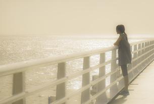 海と少女の写真素材 [FYI01223684]