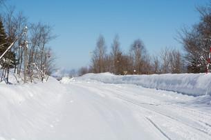 雪道と青空の写真素材 [FYI01223746]