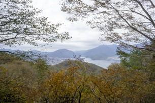 秋の木と空と湖の写真素材 [FYI01223872]