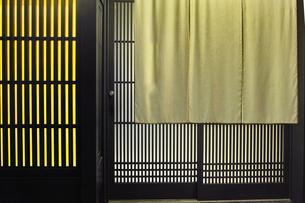 夜の京都祇園、日本料理店の玄関と暖簾の写真素材 [FYI01223919]
