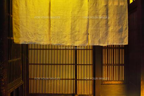 夜の京都祇園、日本料理店の玄関と暖簾の写真素材 [FYI01223921]