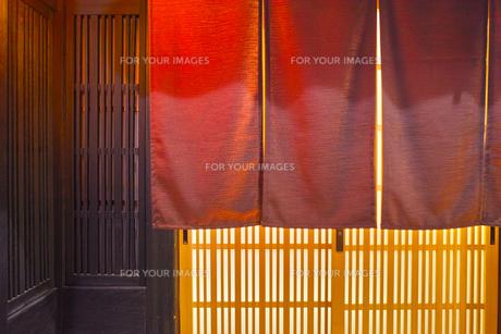 夜の京都祇園、日本料理店の玄関と暖簾の写真素材 [FYI01223922]