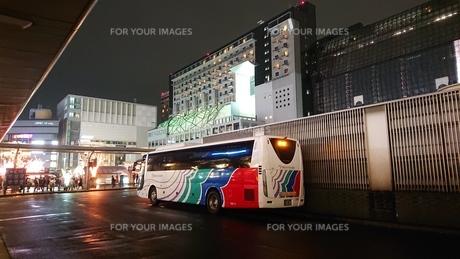 夜と駅とバスの写真素材 [FYI01223967]