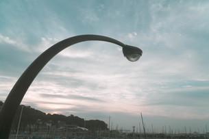 空と電灯の写真素材 [FYI01224004]