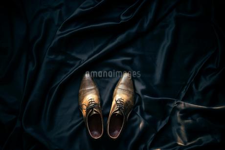 黒布と靴の写真素材 [FYI01224006]
