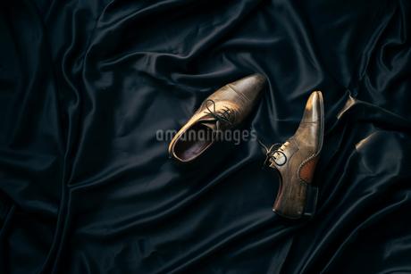 黒布の上に置かれた靴の写真素材 [FYI01224009]