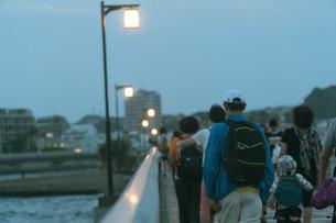 橋を渡る人の写真素材 [FYI01224011]