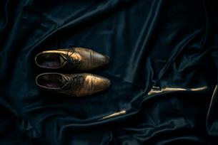 光とアンティークな靴と黒布の写真素材 [FYI01224012]