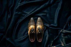 アンティークな靴と黒布の写真素材 [FYI01224013]