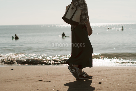 砂浜散歩の写真素材 [FYI01224016]