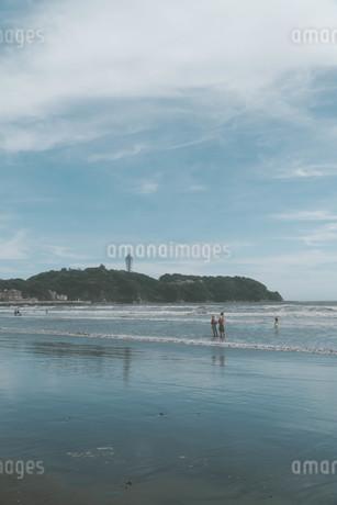 江ノ島と家族の写真素材 [FYI01224017]