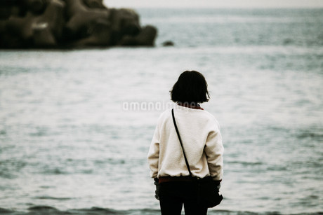 海を見つめる女の写真素材 [FYI01224029]