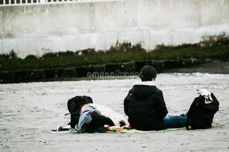 寝転がるカップルの写真素材 [FYI01224030]
