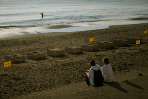 サーファーを見ている2人の写真素材 [FYI01224032]
